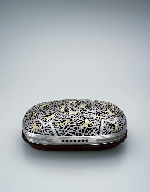 写真:銀製金彩草虫文透彫香器