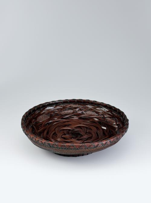 写真:柾割千集把編摺漆盛籃「牡丹」