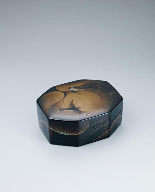 写真:乾漆蒔絵螺鈿飾箱「夏燕」