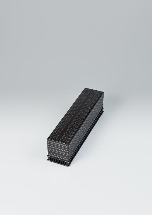 写真:黒檀縞銀象嵌鋲装箱