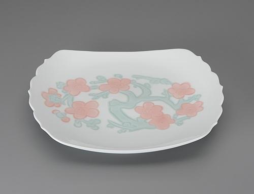 白磁緑彩釉梅彫文皿