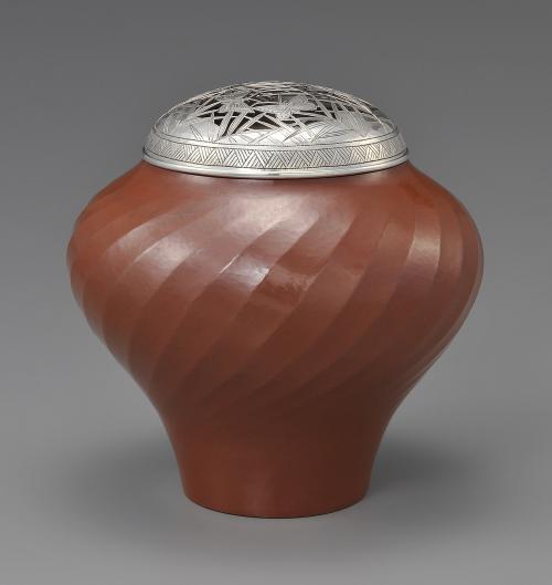 草蝶文飾壺