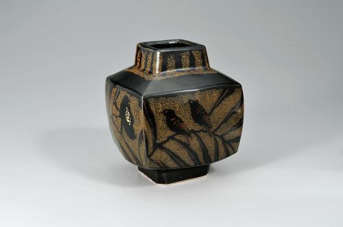 鉄釉方形花鳥文壺