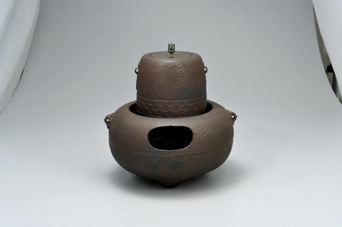 小禽図筒釜 糸目獅子鐶付鉄風炉