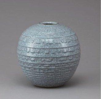 青瓷彫文壺