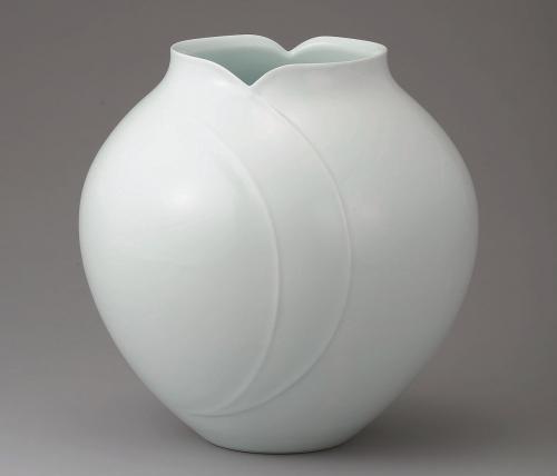 青白磁彫扁壺「芽生え」