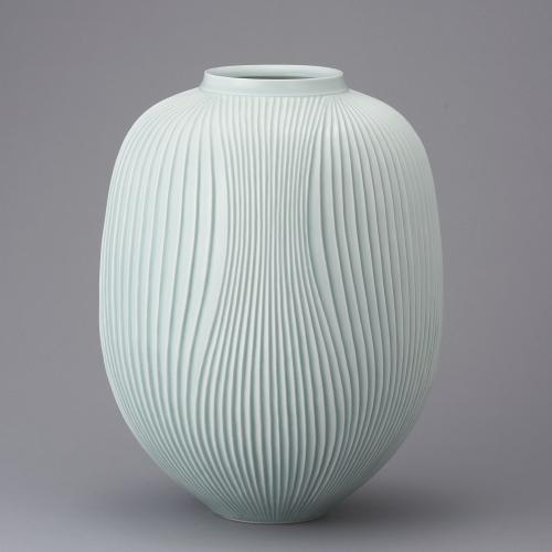 青白磁鎬彫壺